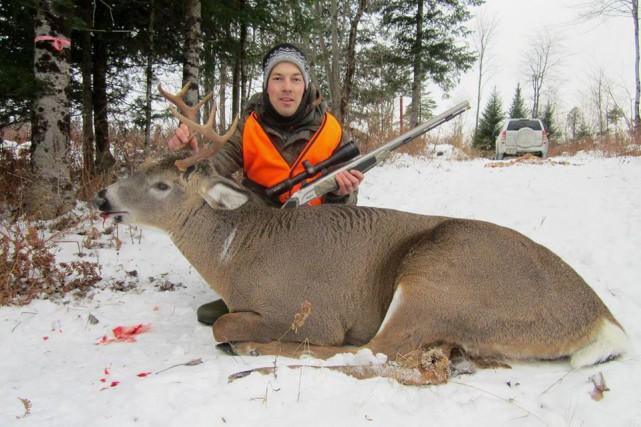 Notre chasseur témoin du mois de novembre,Simon St-Onge,... (Photo fournie)