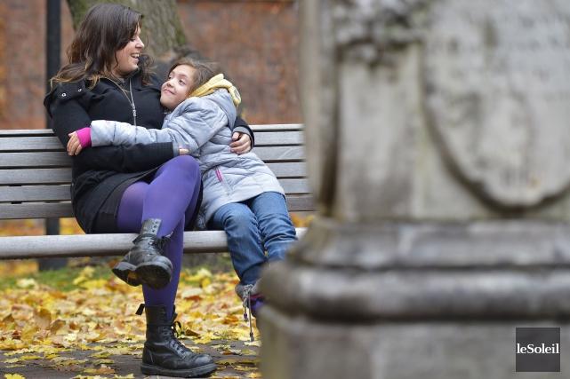Leyla et sa mère Cloé Robillard.... (PHOTO YAN DOUBLET, LE SOLEIL)