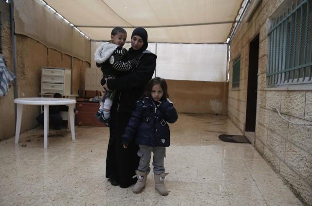 Nadia Abou Jamal et deux de ses trois... (PHOTO AHMAD GHARABLI, AFP)