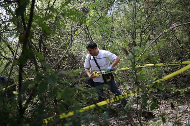 Un technicien médico-légal boucle une zone à proximité... (PHOTO JORGE DAN LOPEZ, ARCHIVES REUTERS)