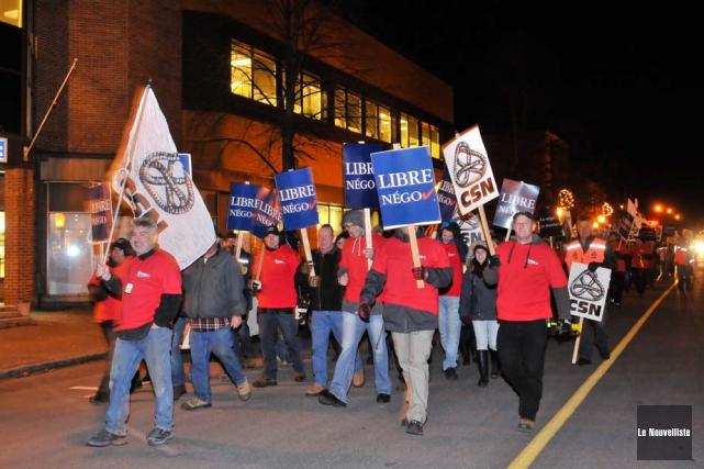 Près de 150 travailleurs municipaux ont manifesté en... (Photo: Émilie O'Connor, Le Nouvelliste)