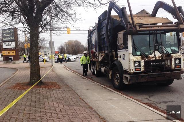 Un cycliste est mort en étant happé par un camion, jeudi matin, à Ottawa. (Patrick Woodbury, LeDroit)
