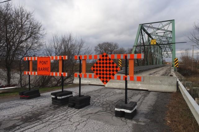 La fermeture du pont du 10e Rang à... (photo Alain Dion)
