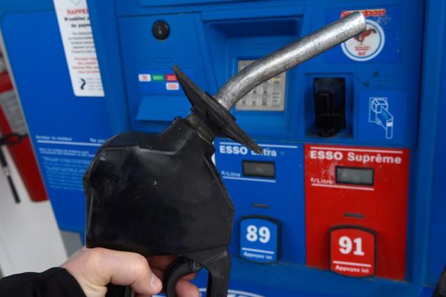 Les prix du pétrole ont ouvert en forte baisse lundi à New York, poursuivant... (PHOTO ARCHIVES PC)