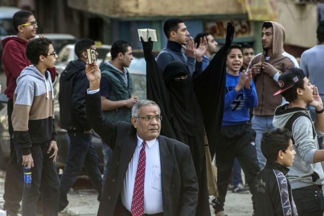 Une poignée d'activistes pro-Morsi - parmi lesquels cette... (PHOTO KHALED DESOUKI, AFP)