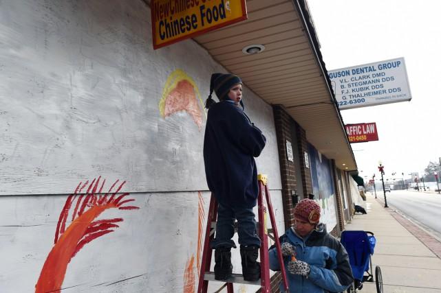 Une femme et son fils ont peint un... (PHOTO JEWEL SAMAD, AFP)