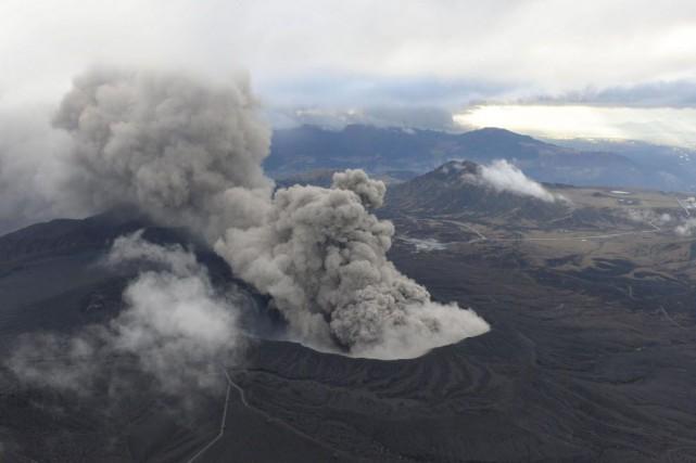 Un volcan situé dans le sud du Japon a craché de gros morceaux de pièces de... (Photo Kyodo, Reuters)