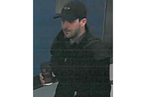 Au moment des vols, le suspect portait des... (Photo fournie par la police de Lévis)