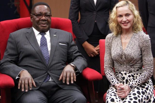 Madonna en compagnie dePeter Mutharika, président du Malawi.... (Photo: AP)