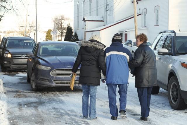 Les résidants ont été escortés par leurs proches.... ((Photo Gimmy Desbiens))