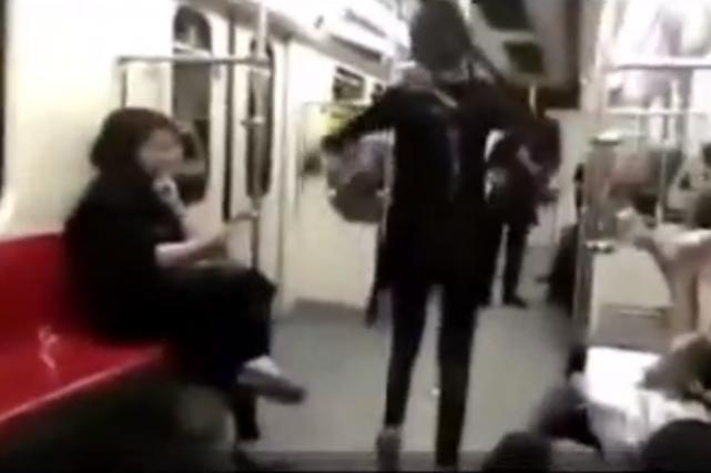 Une Iranienne a pris de gros risques dans le métro de Téhéran, bafouant deux... (Image tirée de la vidéo)
