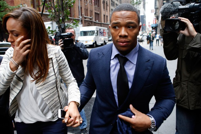 Ray Rice avec sa femme Janay.... (Photo Jason DeCrow, archives AP)