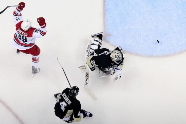 Le but de Nathan Gerbe en avantage numérique a brisé l'égalité en troisième... (Photo USA Today Sports)