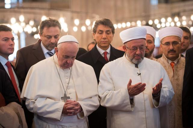 Au côté du mufti qui priait, le souverain... (PHOTO AFP/OSSERVATORE ROMANO)