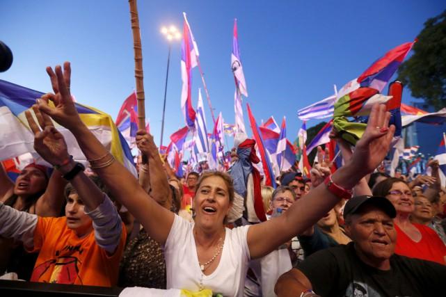 Des centaines de partisans ont manifesté leur appui... (PHOTO ANDRES STAPFF, REUTERS)