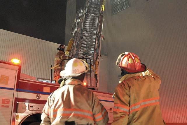 Les pompiers ont dû travailler en partie à... ((Photo Rocket Lavoie))