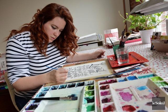 L'artiste calligraphe Jill Lecours Grimard dans son atelier... (Le Soleil, Patrice Laroche)