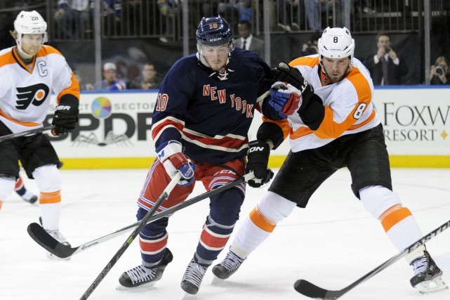 J.T. Miller (10) et Nicklas Grossmann... (PHOTO BILL KOSTROUN, AP)