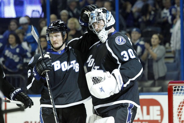 Anton Stralman festoie avec son gardien Ben Bishop... (Photo Kim Klement, USA TODAY)