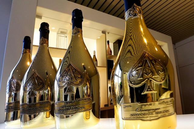 Le flacon du champagne Armand de Brignac estflanqué... (PHOTO FRANCOIS NASCIMBENI, AFP)