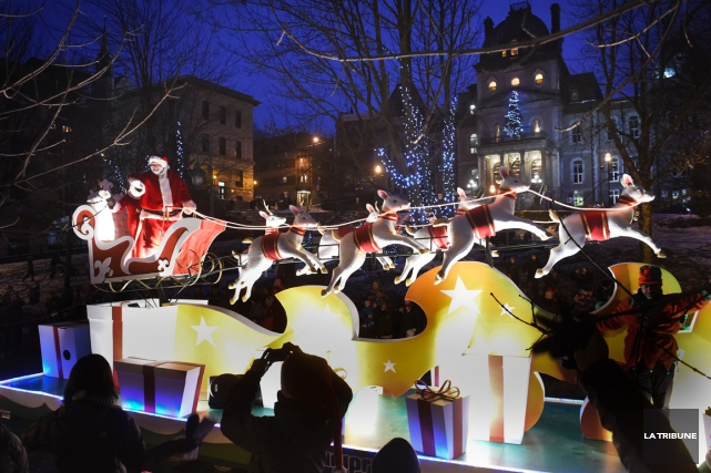 Une mer de visages souriants aux joues rosies attendait hier le père Noël, qui... (Imacom, René Marquis)