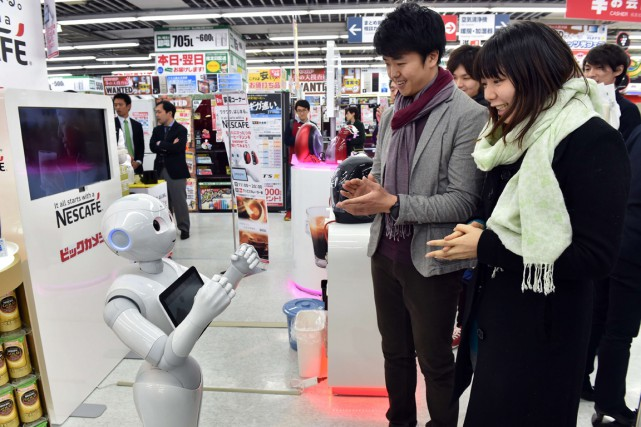 Pepper dialogue avec le client pour lui conseiller... (PHOTO YOSHIKAZU TSUNO, AFP)