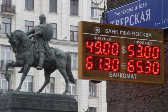 Déjà dévaluée de moitié depuis juillet par les... (PHOTO SERGEI KARPUKHIN, REUTERS)