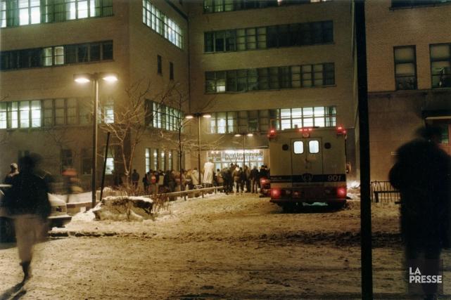 Des parents se sont rassemblés devant l'École Polytechnique... (PHOTO: DENIS COURVILLE, ARCHIVES LA PRESSE)