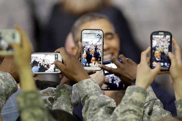 Des soldats américains prennent des photos du président... (PHOTO LEE JIN-MAN, ARCHIVES AP)