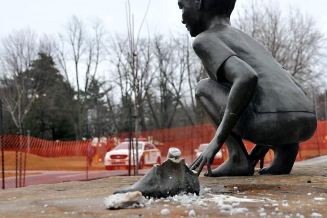 Des malfaiteurs se sont emparés de la statue à l'effigie d'une jeune fille qui... (Photo collaboration spéciale Éric Beaupré)