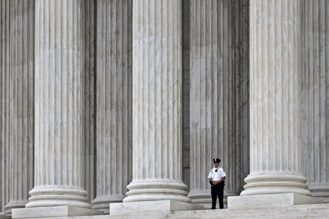 Les neuf juges de la haute Cour, dont... (Photo: AP)