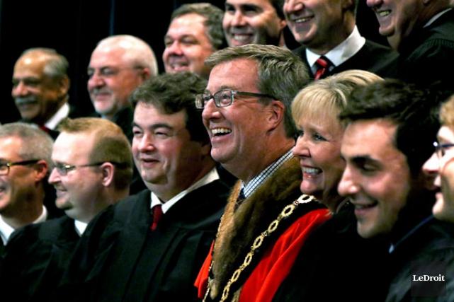 Le maire Jim Watson et les 23 membres de son conseil d'Ottawa ont enfilé leur... (Patrick Woodbury, LeDroit)