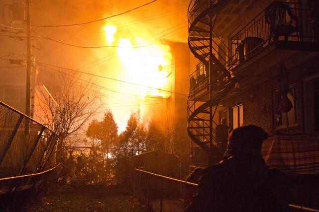 L'incendie a éclaté peu avant 21h30 au premier... (PHOTO FÉLIX-OLIVIER JACQUES FOURNIER, COLLABORATION SPÉCIALE)