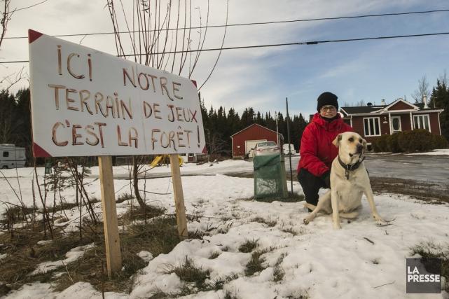 Des résidents, comme Karine Bond, s'opposent au projet... (PHOTO HUGO-SÉBASTIEN AUBERT, LA PRESSE)