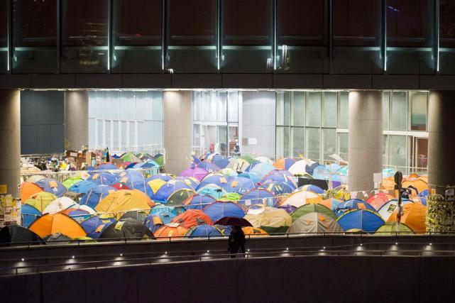 Une femme munie d'un parapluie passe devant le... (PHOTO JOHANNES EISELE, AFP)