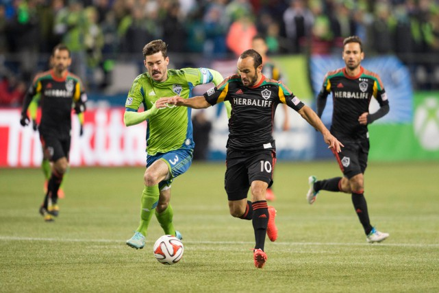 Brad Evans, des Sounders de Seattle, et Landon... (Photo Steven Bisig, USA Today Sports)
