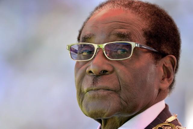 Que le président zimbabwéen Robert Mugabe manoeuvre pour... (PHOTO: ARCHIVES AFP)