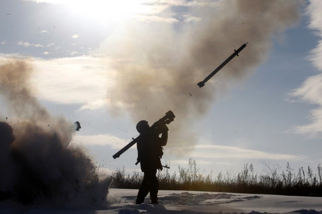 Un soldat ukrainien tire un missile sol-air à... (PHOTO ANATOLII STEPANOV, AFP)