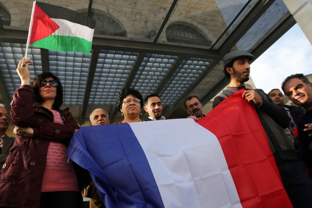 Des Palestiniens célèbrent la décision des députés français... (PHOTO ABBAS MOMANI, AFP)