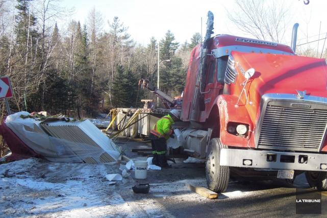 Un camion transportant des matériaux de construction a dérapé dans une courbe... (La Tribune, Charles Beaudoin)