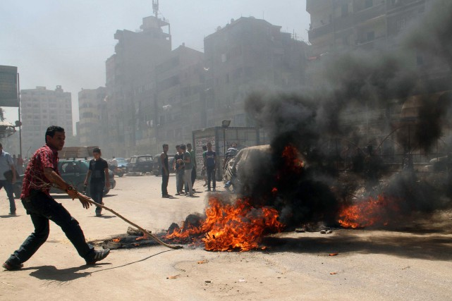 Un manifestant soutenant Mohamed Morsi tente de barrer l'accès... (Photo archives AFP)