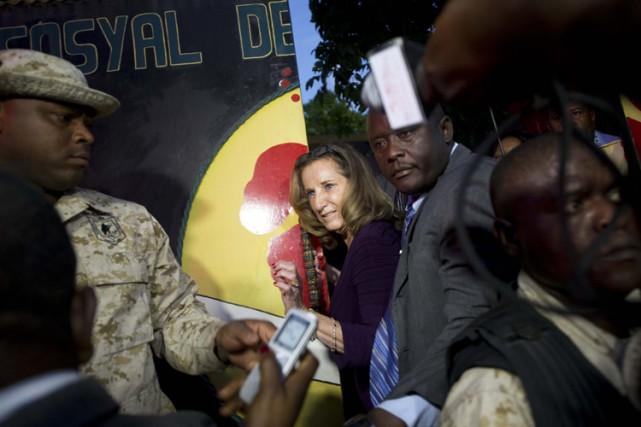 Sous haure protection, l'ambassadrice des États-Unis en Haïtis'est... (Photo: AFP)