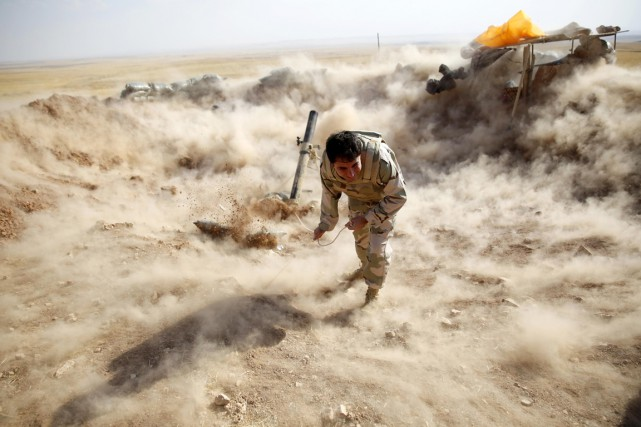 Un peshmerga - combattant kurde - tire au... (PHOTO AHMED JADALLAH, ARCHIVES REUTERS)