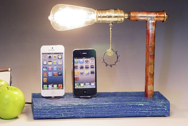 Socle artisanal pour iPhone... (Photo fournie par Etsy)