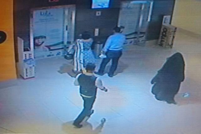 La séquence vidéo montre une personne entièrement voilée... (IMAGE AFP/POLICE ÉMIRATIE)