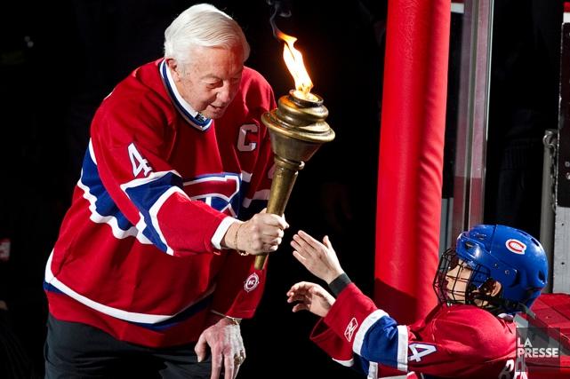 Jean Béliveau remet le flambeau à un jeune... (Photo André Pichette, archives La Presse)