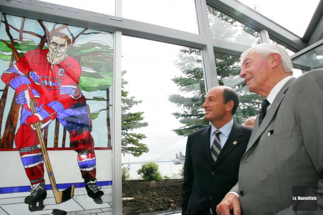 Le maire Yves Lévesque pose avec Jean Béliveau... (Photo: archives Le Nouvelliste)