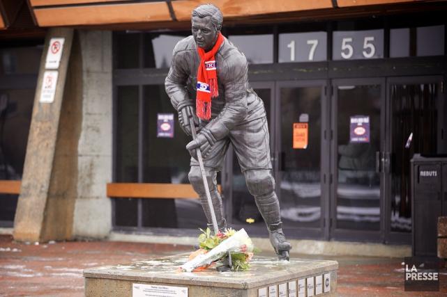 Des fans ont installé une écharpe du Canadien... (Photo André Pichette, La Presse)
