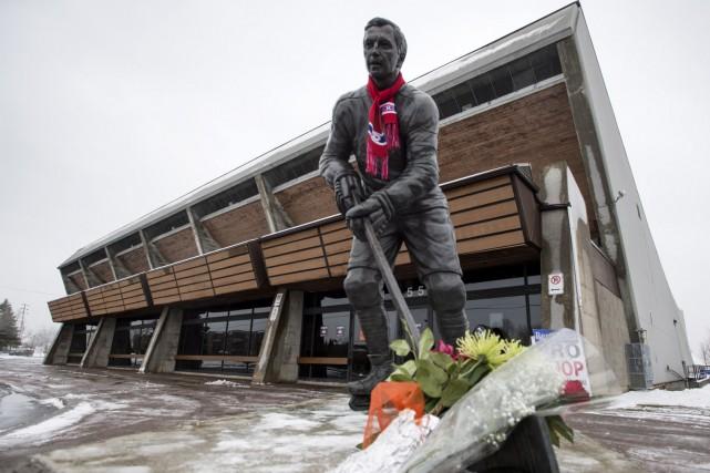 La statue de Jean Béliveau, placée devant l'aréna... (La Presse Canadienne, Paul Chiasson)