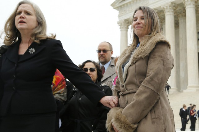 Peggy Young (à droite) et son avocate Sharon Gustafson... (PHOTO JONATHAN ERNST, REUTERS)